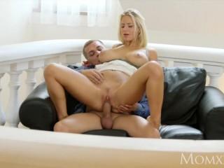 Порно:красивая девушка показывает пизду парню